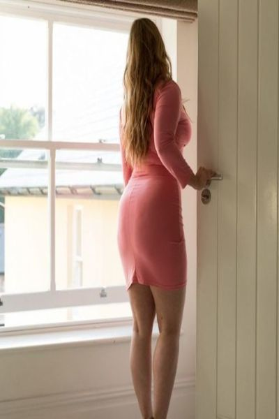 curvy and short escort in a pink dress