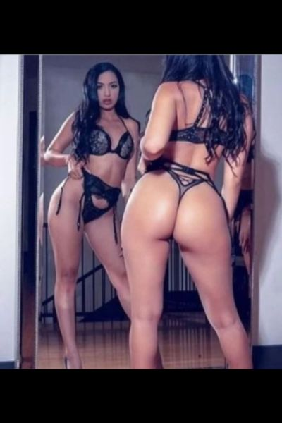 curvy black haired escort picture in mirror